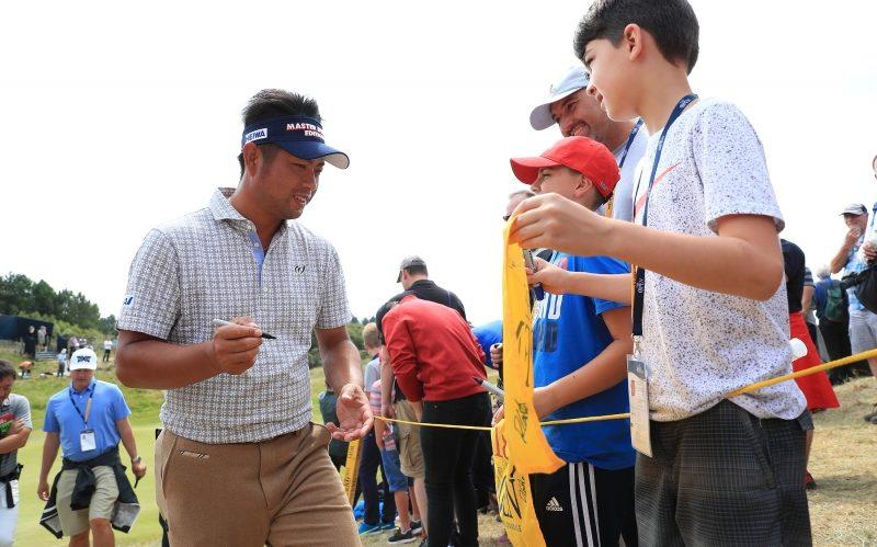 子供たちのフラッグにサインをする池田|(撮影:岩本芳弘)