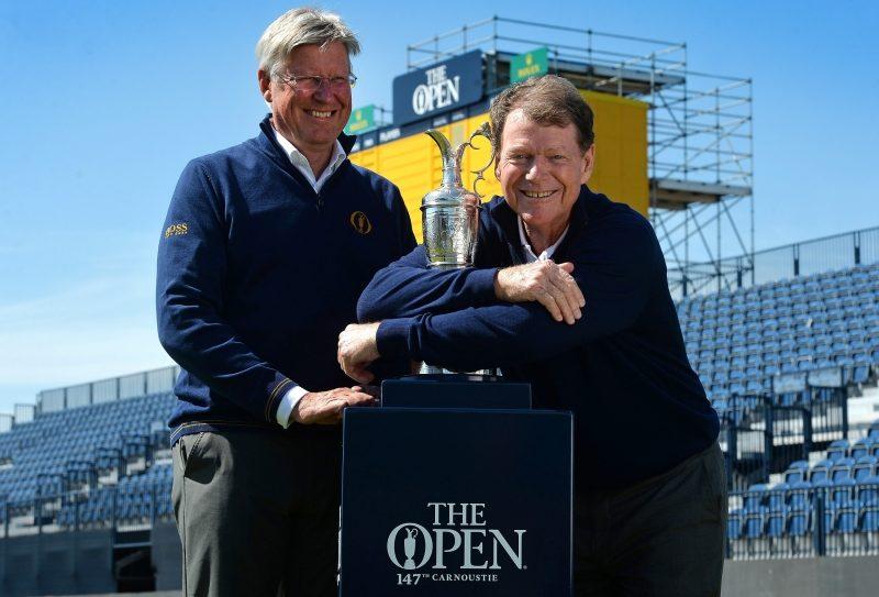 トム・ワトソン(右)とR&Aのマーティン・スランバーズ最高責任者(左)